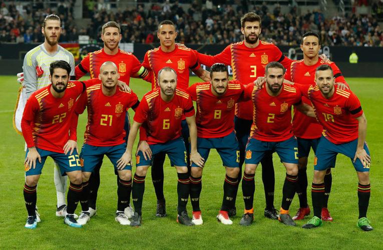 Spaniens Startaufstellung im neuen roten adidas Heimtrikot 2018 beim Freundschaftsspiel gegen Deutschland am 23.März 2018. (Foto AFP)