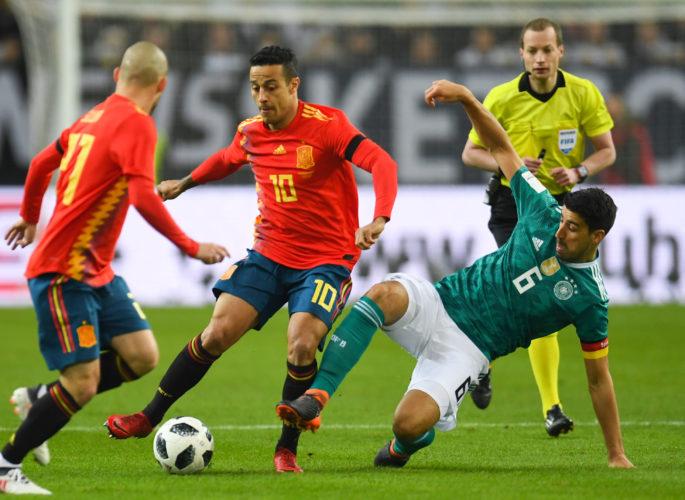 Thiago Alcantara (C) gegen Sami Khedira (R) am 23.März 2018 beim Freundschaftsspiel gegen Deutschland. / AFP PHOTO / Patrik STOLLARZ