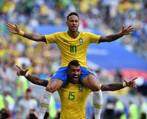 Brasiliens Stürmer Neymar feiert mit Paulinho nach dem Achtelfinale gegen Mexiko den Einzug ins Viertelfinale / AFP PHOTO / Fabrice COFFRINI