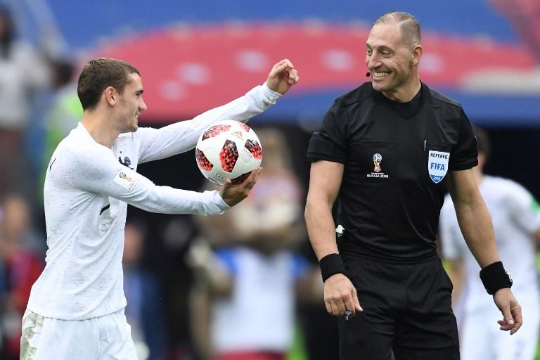 Frankreichs Antoine Griezmann (L) mit dem Argentinier Nestor Pitana beim Viertelfinale gegen Uruguay im Nizhny Novgorod Stadium am 6. July 2018. / AFP PHOTO / Kirill KUDRYAVTSEV